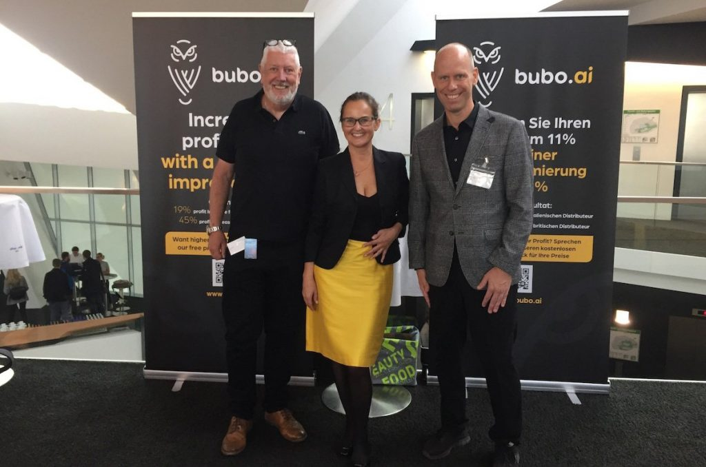 Bubo.AI team members Alan Timothy, Carmen Bischoff, Magnus Johansson smiling and looking relaxed at an AI price optimization conference